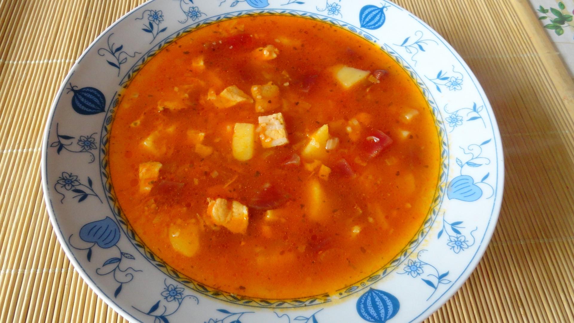 Bramborová polévka s červenou řepou a farmářskou slaninou