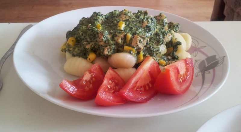 Bramborové noky se špenátem, kukuřicí, masem a rajčaty