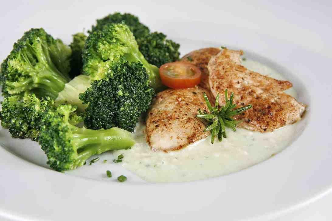 Brokolice s kuřecími prsíčky se sýrovou omáčkou