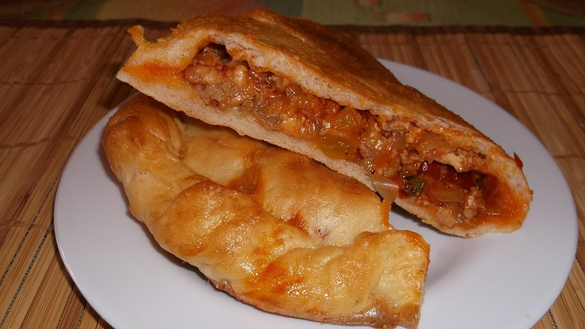 Calzone s mletým masem, paprikou, sušenými rajčaty a sýrem