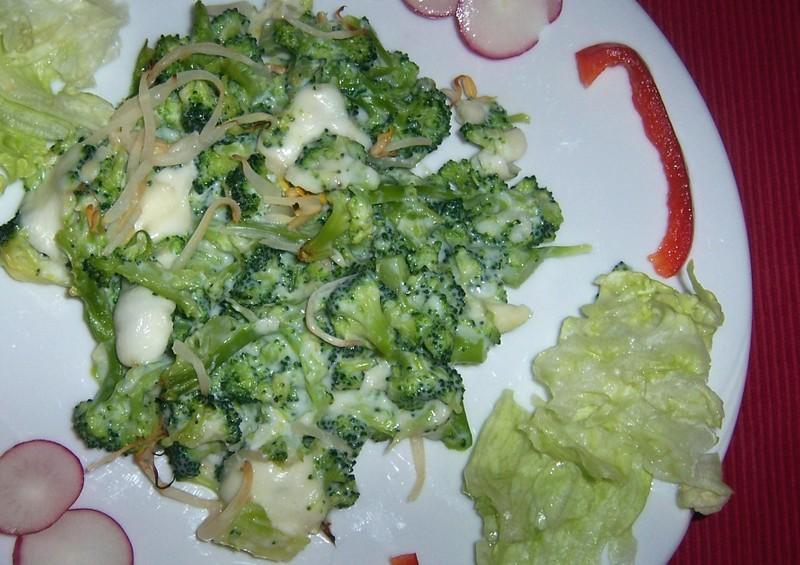 Česneková brokolice se sýrovou omáčkou