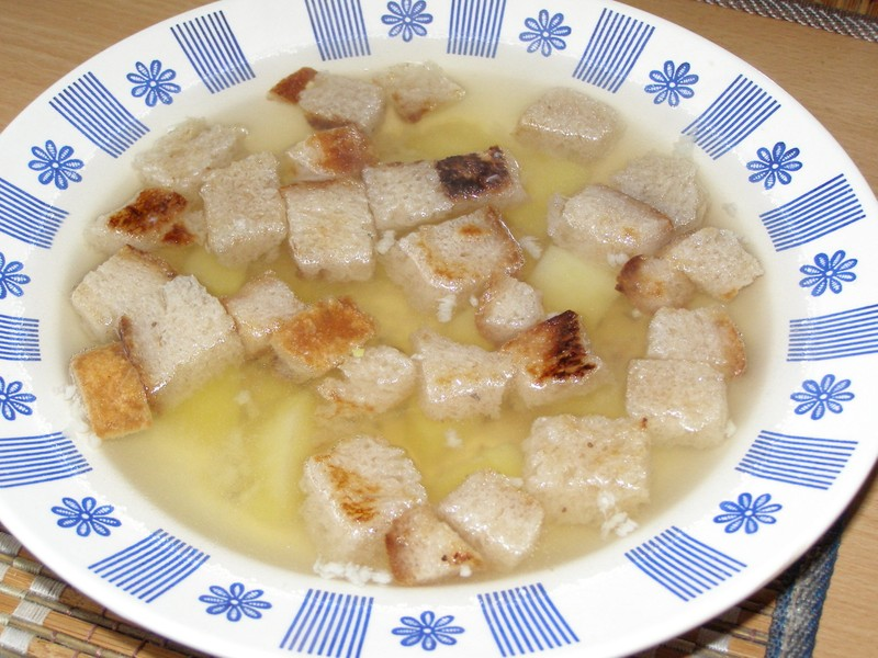 Česneková polévka s chlebovými kostičkami