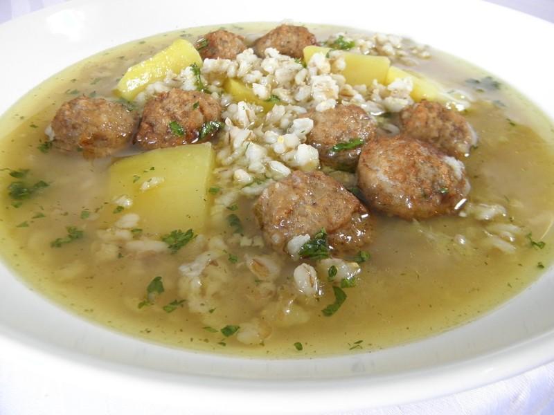 Česneková polévka s kroupami a masovými knedlíčky