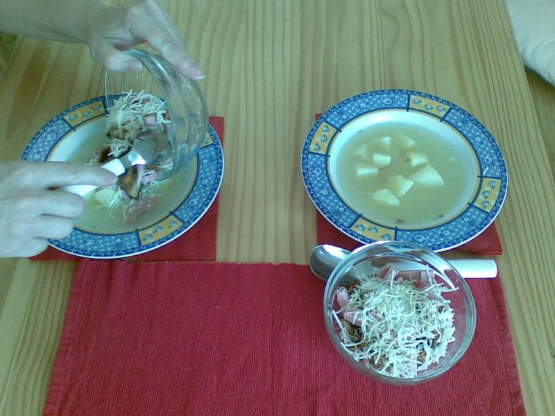 Česneková polévka se salámem