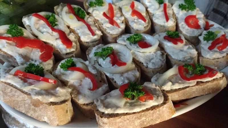 Chlebíčky s pikantní rybí pomazánkou