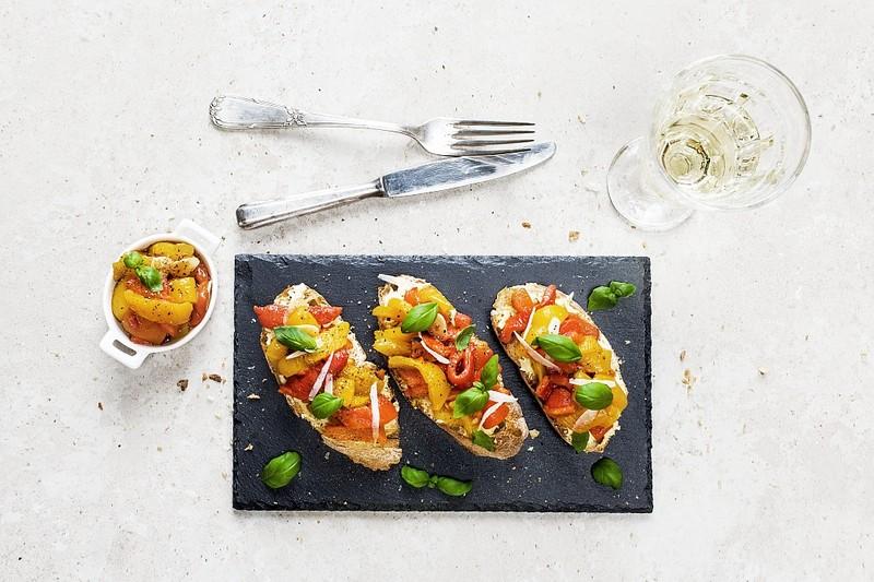Crostini s marinovanou paprikou, pecorinem a bazalkou