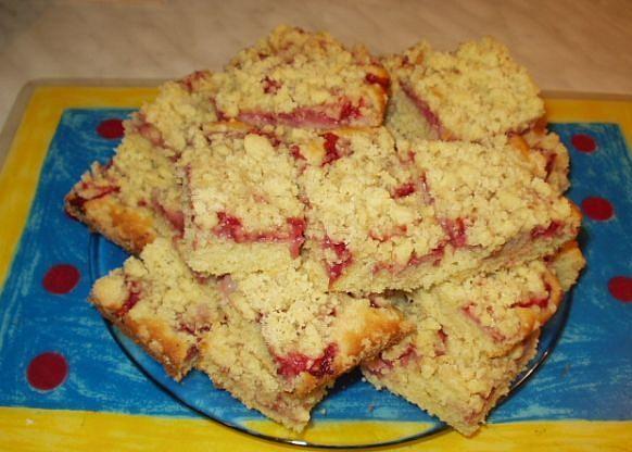 Drobenkový koláč s ovocem a posypkou