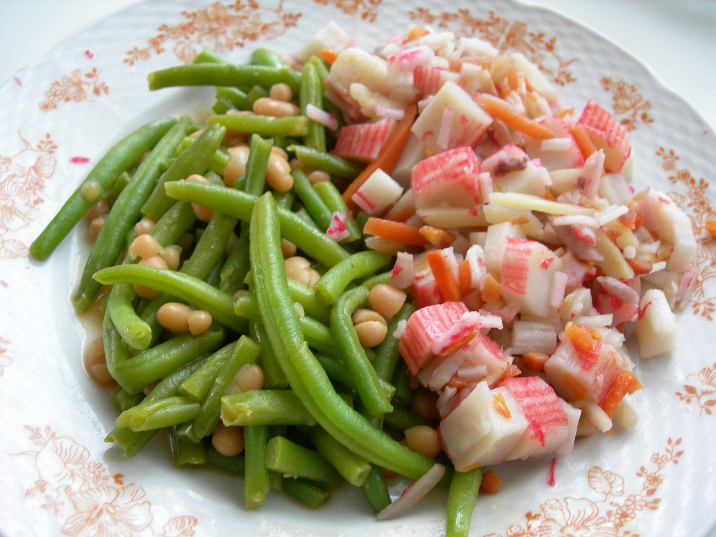 Fazolové lusky s fazolkama a surimi na zelenině