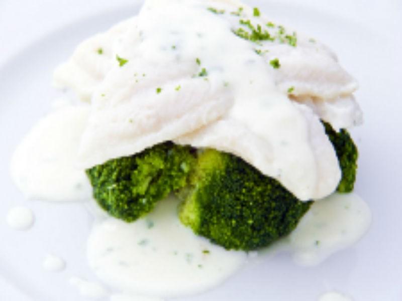 Filet z tresky vařený v mléce s petrželovou omáčkou a brokolicí