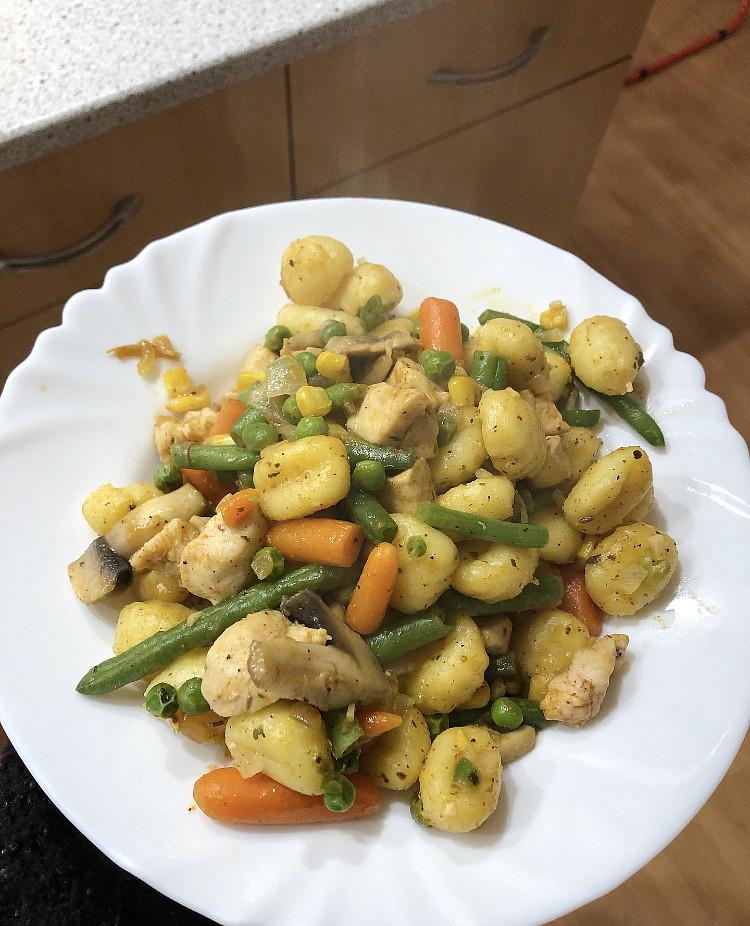 Gnocchi s kuřecím masem a zeleninou