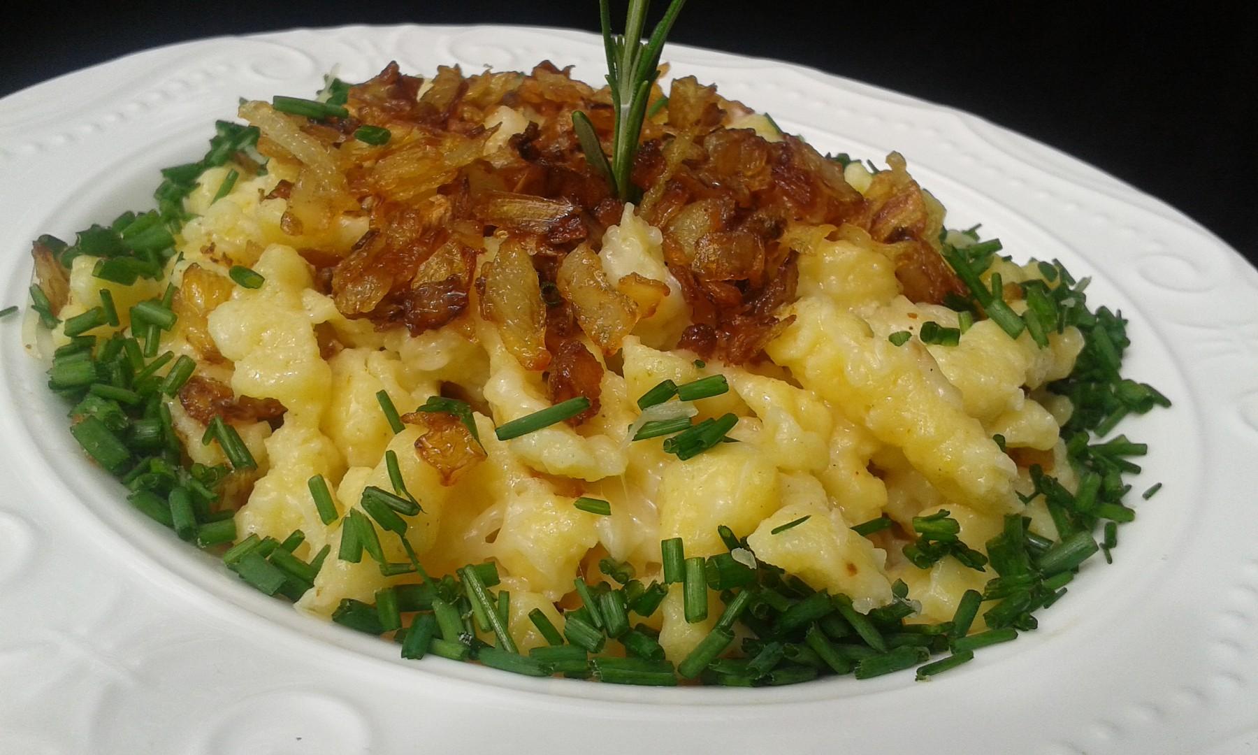 Halušky (moučné) se sýrem a smaženou cibulkou