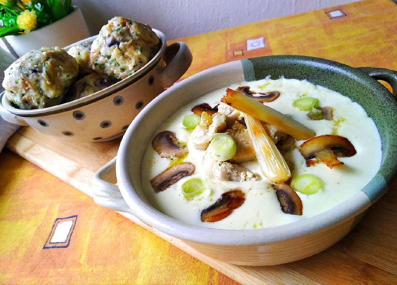Hermelínová omáčka s kuřecím masem a houbové knedlíky