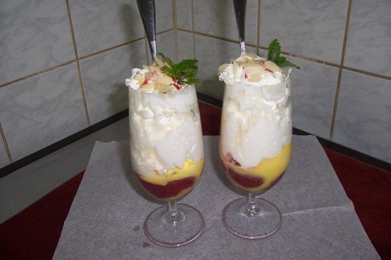 Horké jahody se zmrzlinou a vaječným koňakem