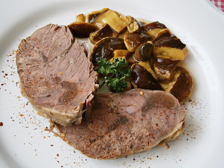 Hovězí maso s nakládanými hříbky