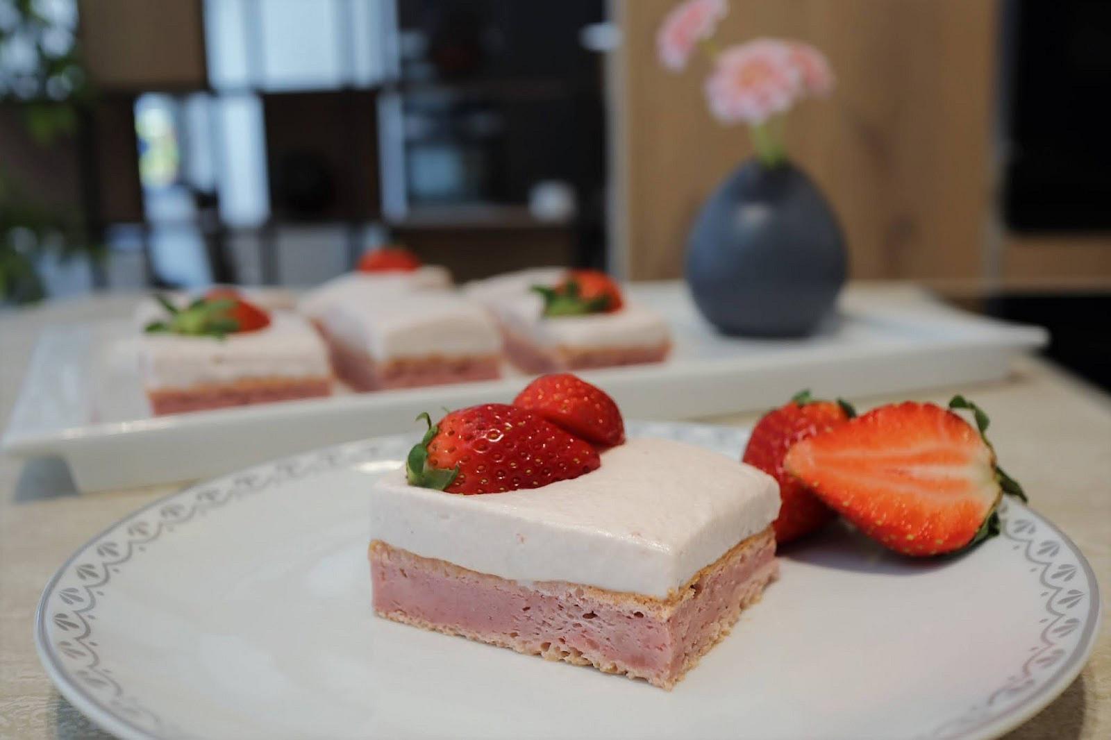 Jahodový třímlékový koláč - Tres leches