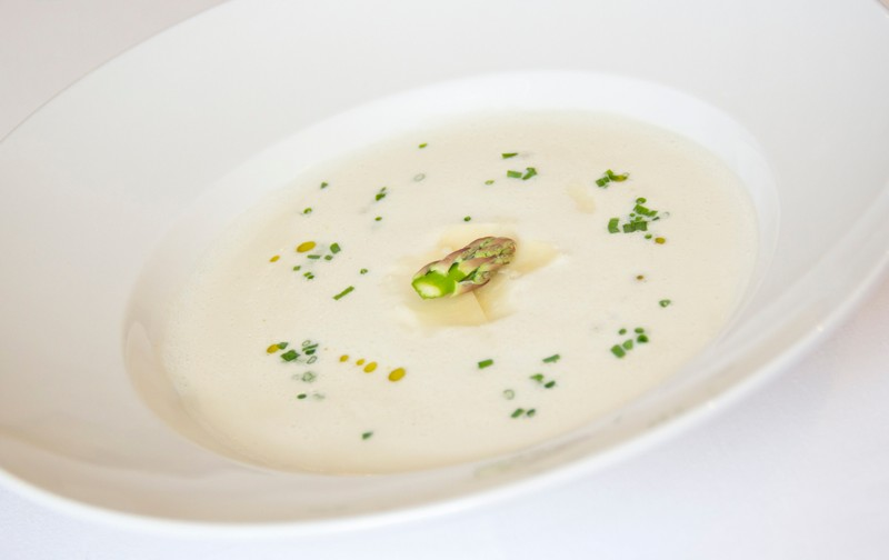 Jemná chřestová polévka s hoblinami ze sýru Grana Padano