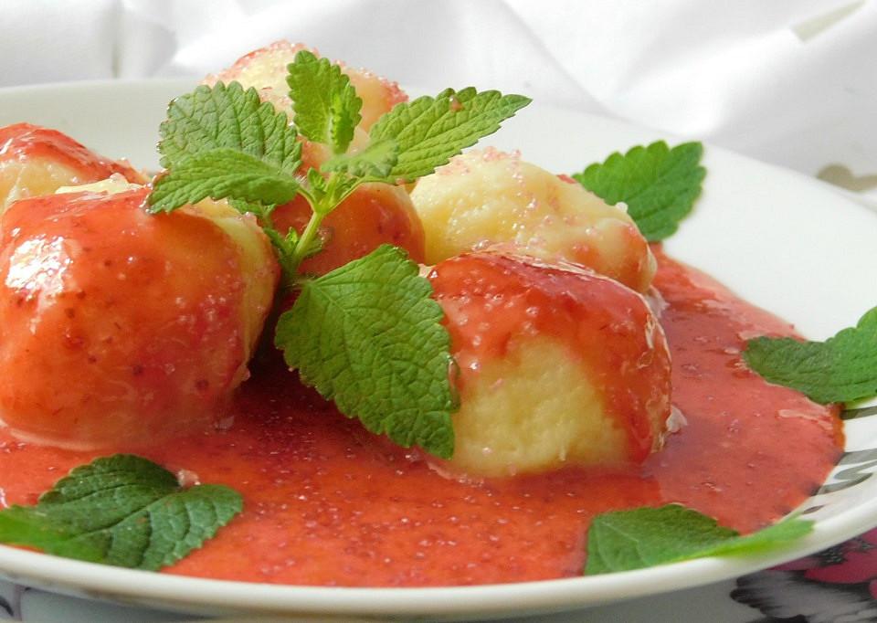 Jogurtové knedlíčky s jahodovo-smetanovou omáčkou