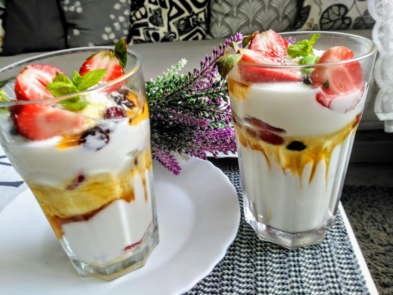 Jogurtové poháry s jahodami, banány, brusinkami a medem