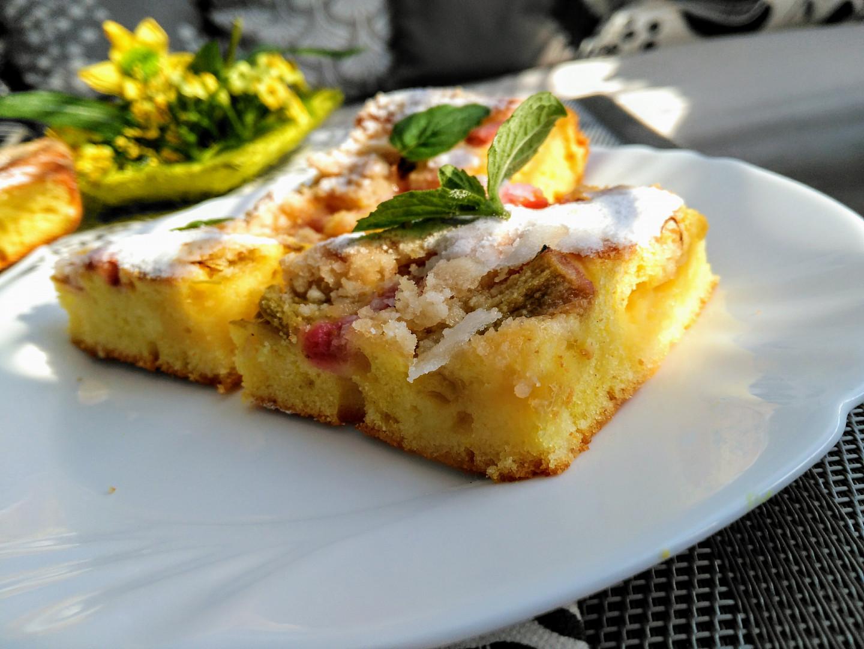 Kefírový koláč s rebarborou a skořicovou žmolenkou