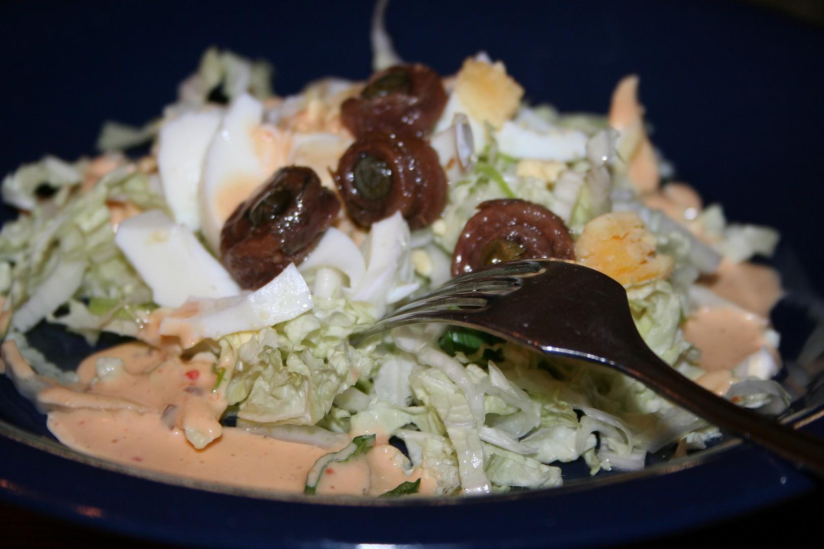 Křehký zelný salát s vejci a sardelovými očky