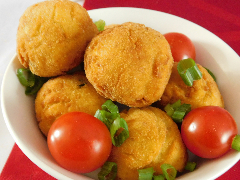 Krokety z bramborové kaše se smaženou cibulí a sýrem