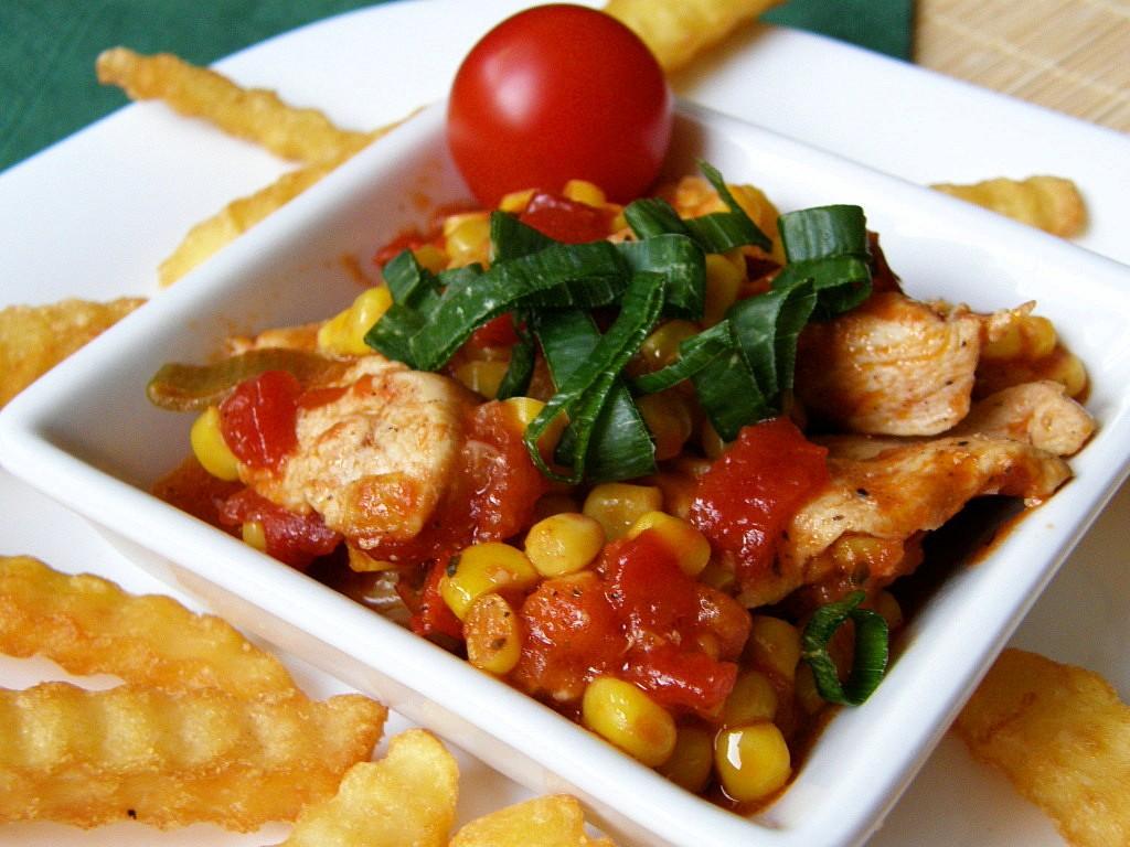 Kuřecí nudličky s kukuřicí a rajčaty