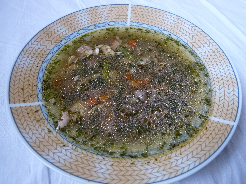 Kuřecí polévka s jatýrky a špenátem
