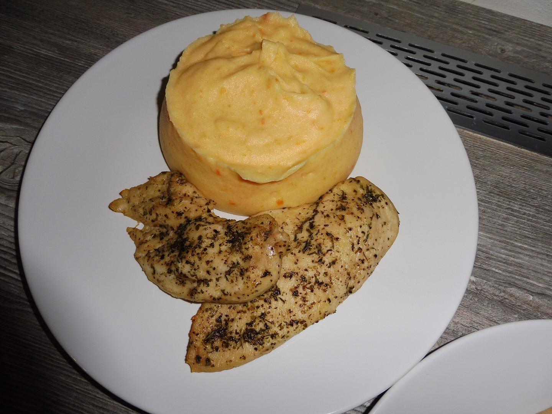 Kuřecí prsa na tymiánu s bramborovo-mrkvovým pyré