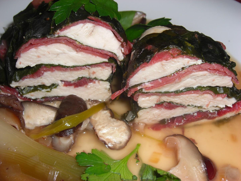 Kuřecí prsa v bresaole a špenátových listech dušená s houbami shitake a pórkem