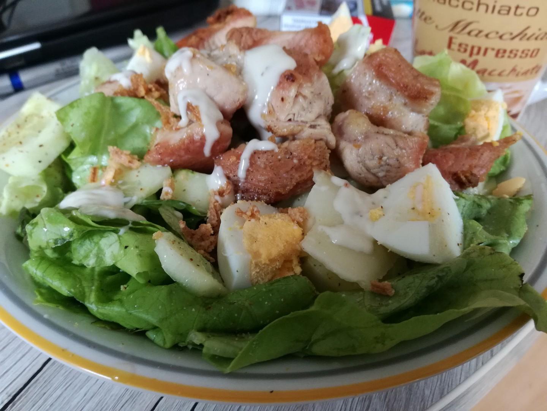 Letní salát s vejcem a křupavým krůtím masem