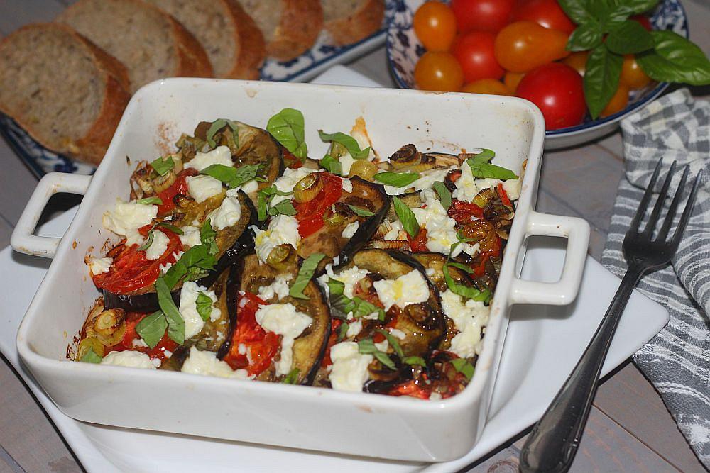 Lilek s rajčaty zapékaný s balkánským sýrem