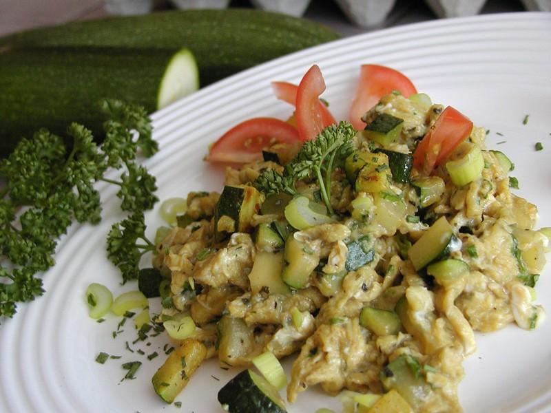 Míchaná vajíčka s bylinkami a cuketou