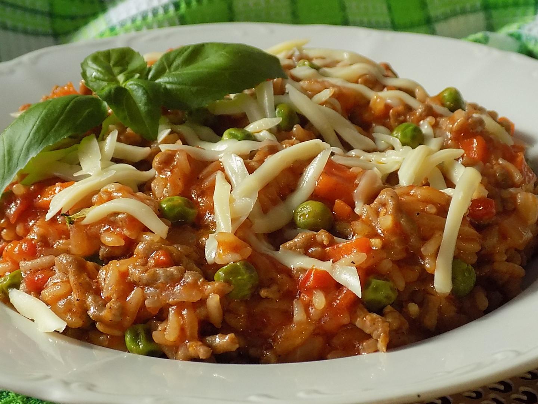 Mleté maso s rýži a rajčaty z jedné pánve