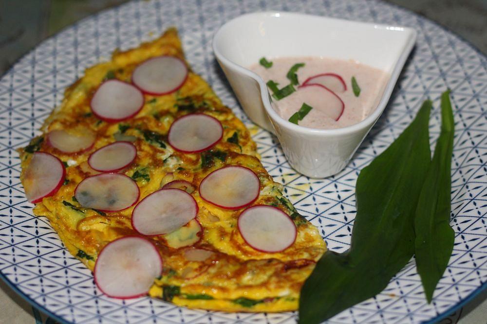 Omeleta s ředkvičkami a medvědím česnekem s parmazánovým dipem