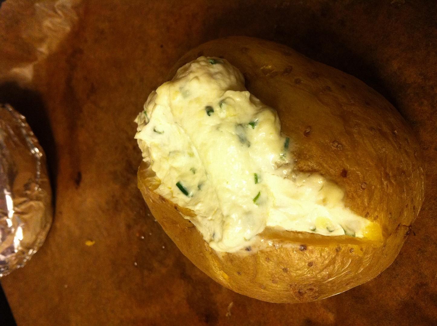 Pečená brambora v alobalu s tvarohem a pažitkou
