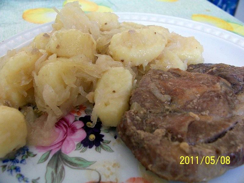 Pečené maso se zelím s bobkama