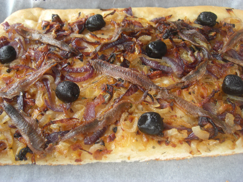 Pissaladière - slaný cibulový koláč s ančovičkami a olivami