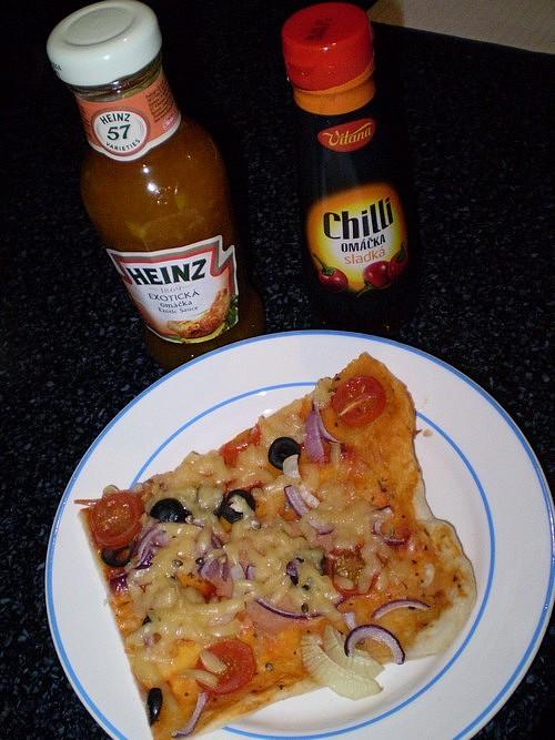 Pizza s olivami, rajským a sýrem - vegan