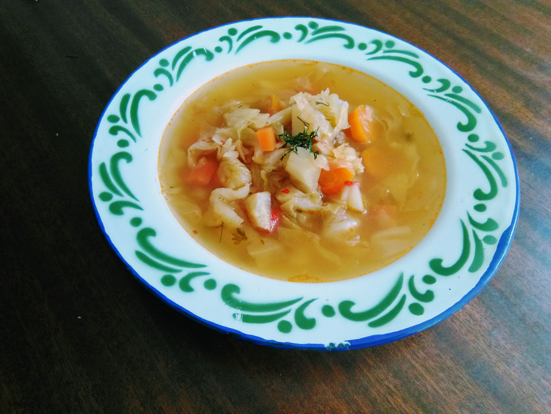 Polévka z čerstvého zelí se zeleninou