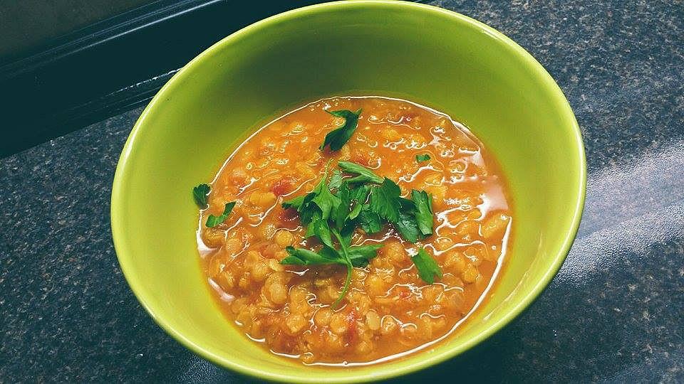 Polévka z červené čočky s citronem, rajčaty a zázvorem