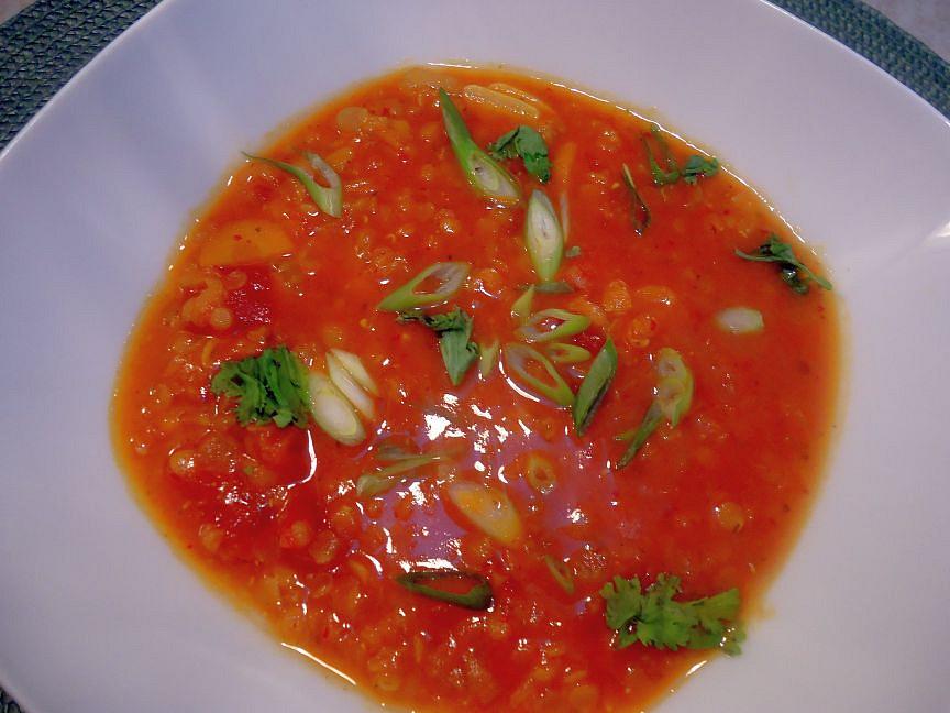 Polévka z červené čočky s kari a kokosovým mlékem