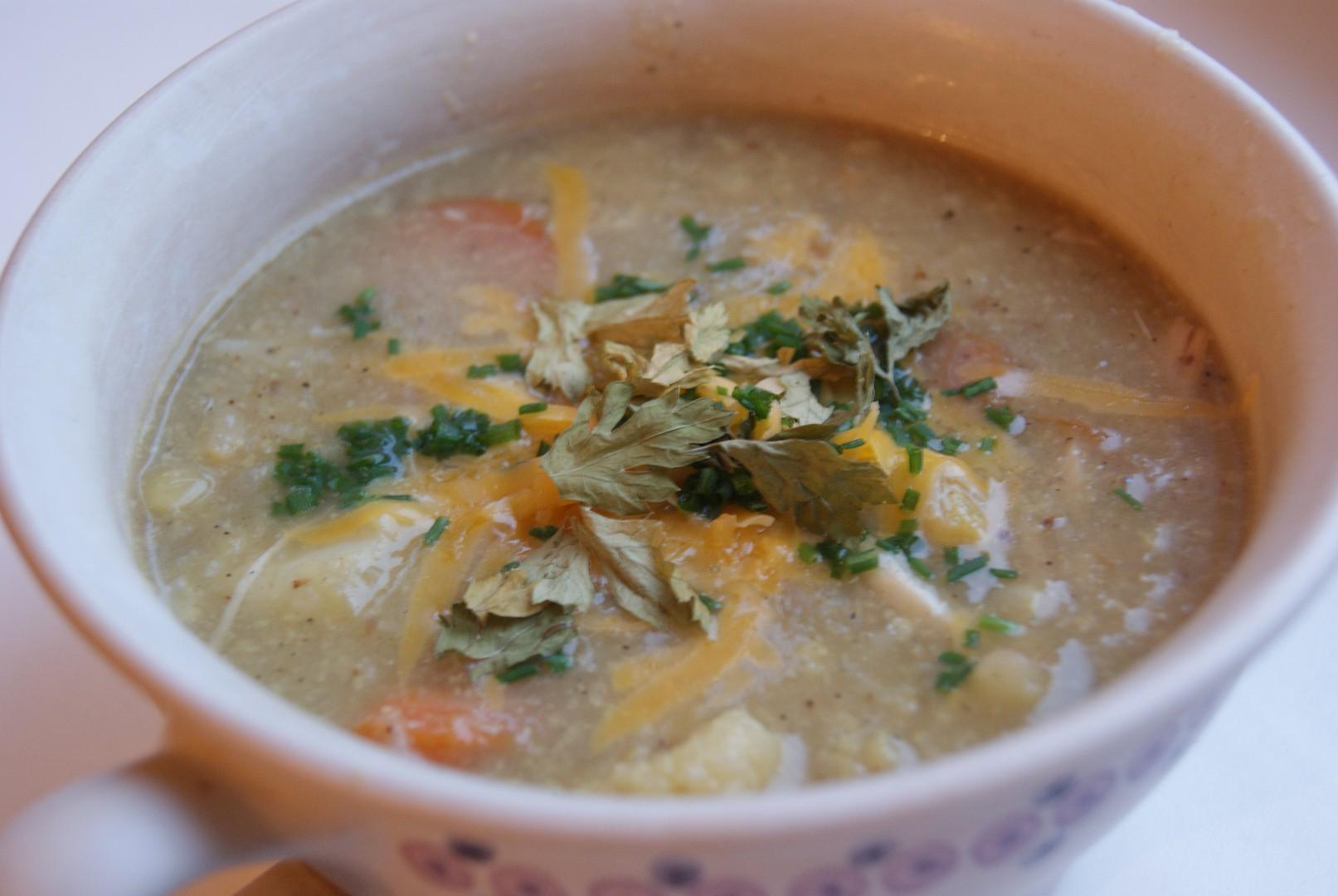 Polévka z pečeného květáku s kuřecím masem a cheddarem
