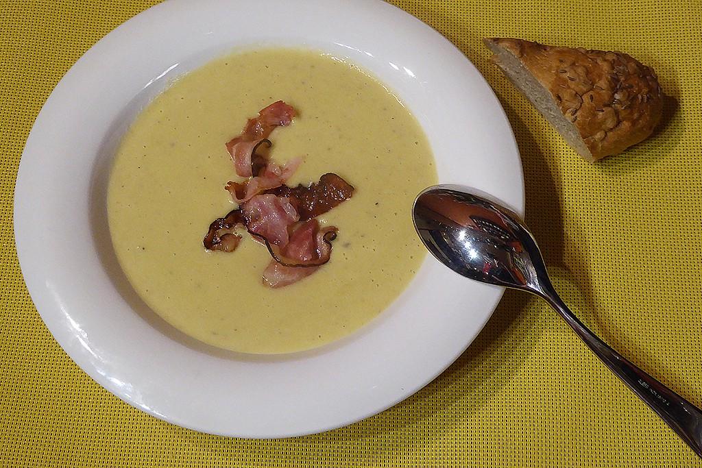 Pórková polévka s brambory a slaninou