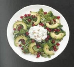 Posilující salát s limetkovou zálivkou, červeným rybízem a tvarohovým sýrem