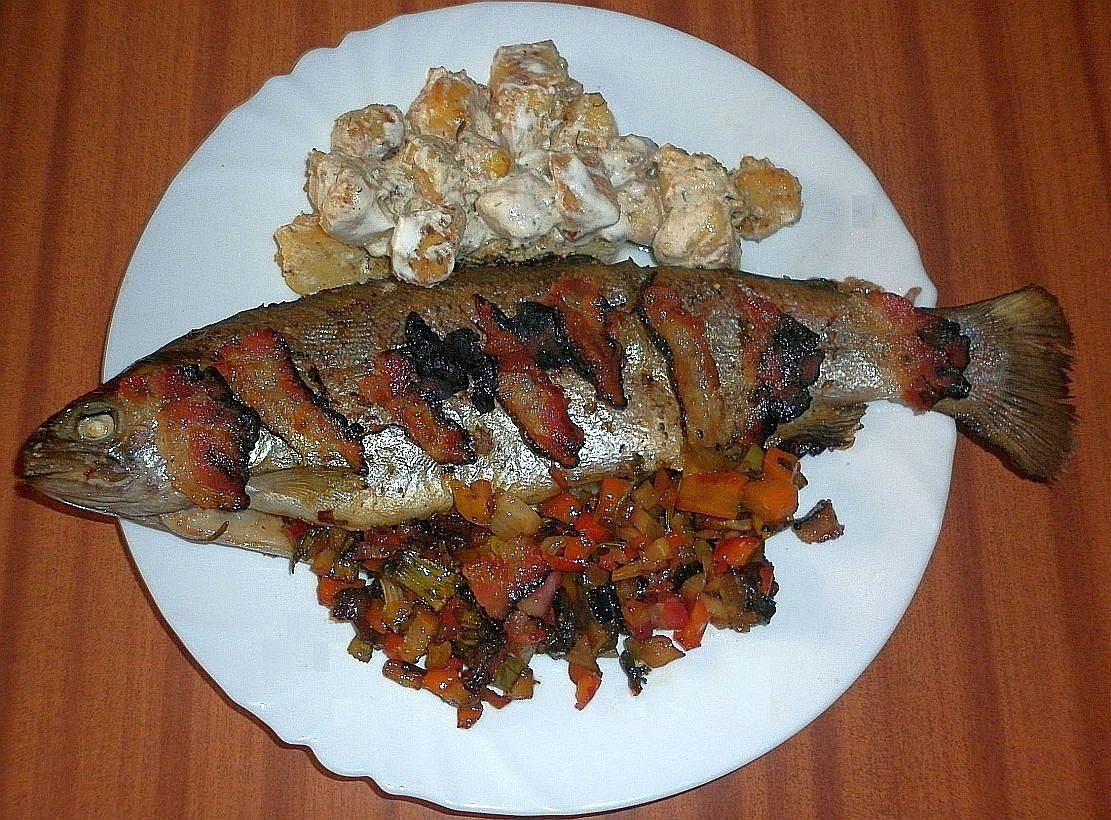 Pstruh plněný zeleninou a bramborové špalíčky