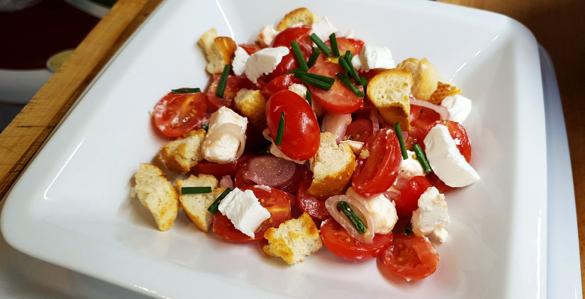 Rajčatový salát s kozím sýrem a křupavými krutony