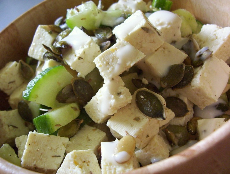 Salát s česnekovým tofu