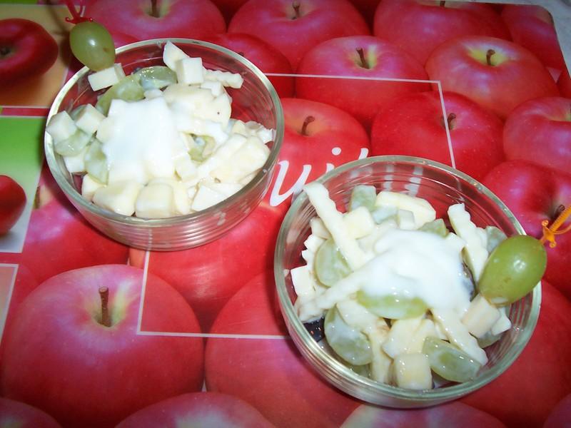 Salát s majonézou a ovocem