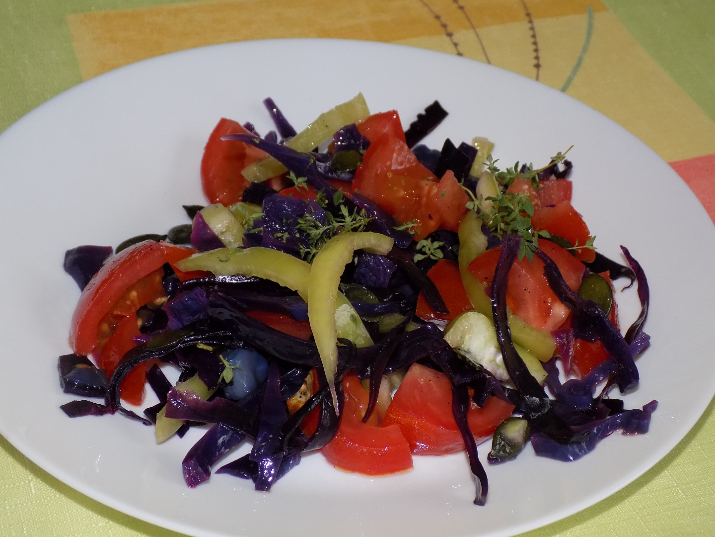 Salát z červeného zelí s rajčaty a paprikou