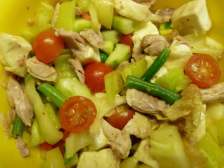 Salát z těstovin, kuřecího, Hermelínu a zeleniny